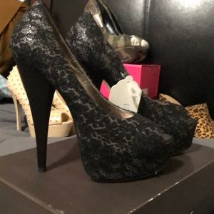Approx 4 1/2 inch Lace open toe pump